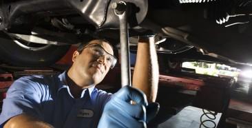 Auto-mechanic-fixing-vehicle